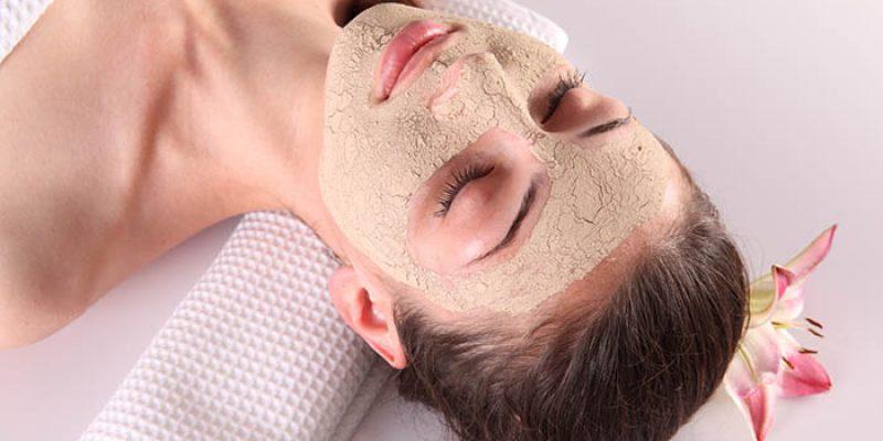 Đắp mặt nạ cám gạo dưỡng da